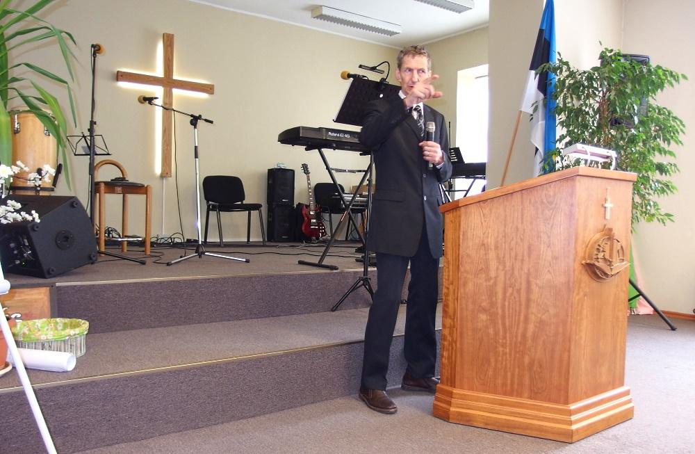 Pastor Leevi Väli jutlustamas