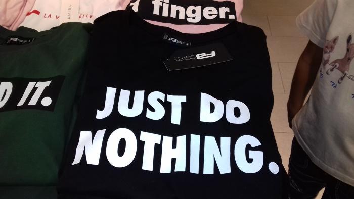 """Pusa, millele kirjutatud: """"Just do nothing."""""""