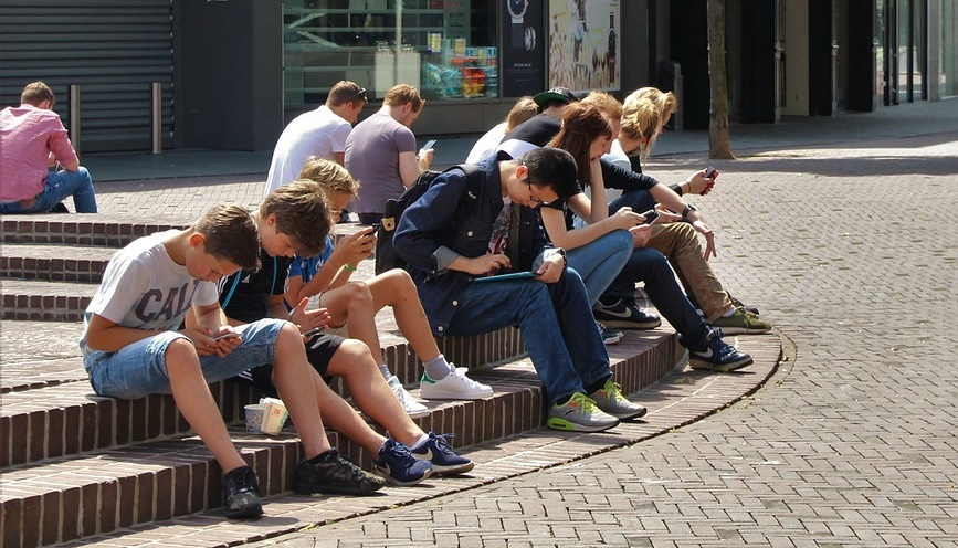 noored nutiseadmetes istumas